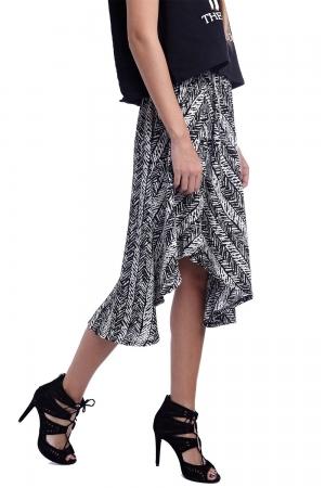 Falda con estampado y bajo asimetrico