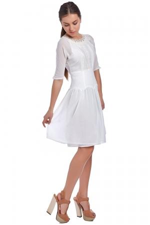 Vestido blanco con corpiño y aplicaciones de encaje