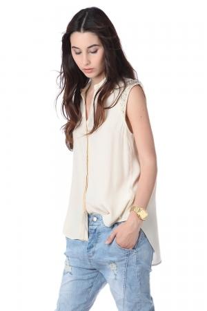 Camisa con adorno en los hombros beige