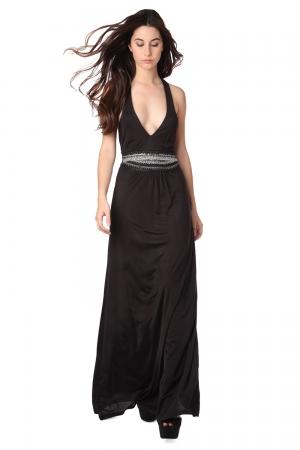 Vestido largo negro con escote pronunciado y detalle de cadena