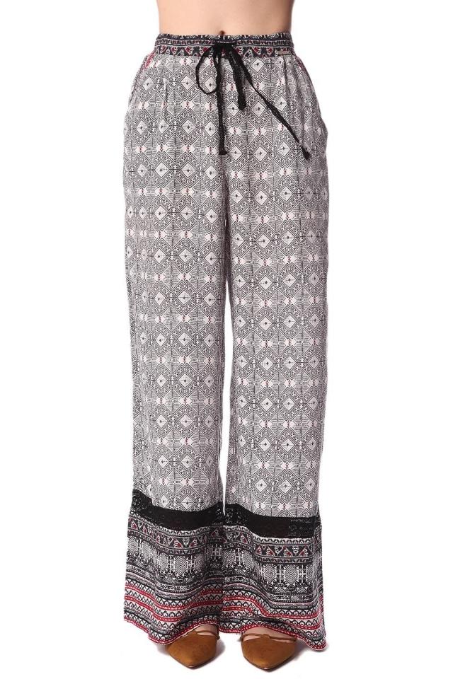 Pantalones de pernera amplia con estampado etnico negro y detalle de puntilla