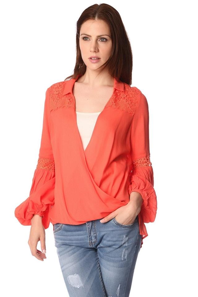 Blusa naranja con parte delantera cruzada y detalle drapeado