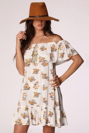 Vestido blanco con volantes y hombros al aire con estampado floral