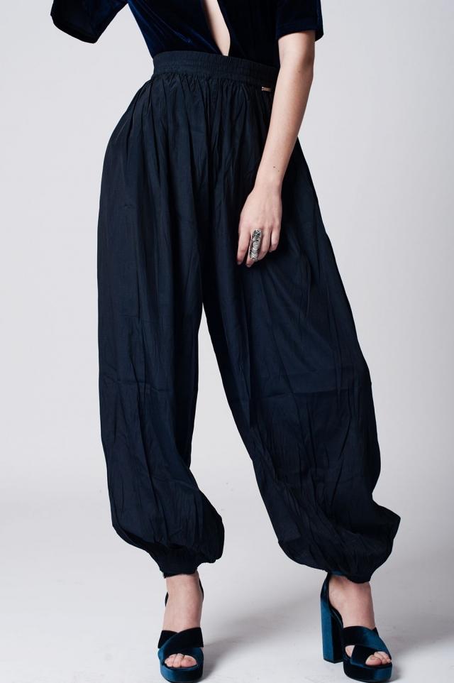 Pantalon marino con detalle elastico en cintura y bajo