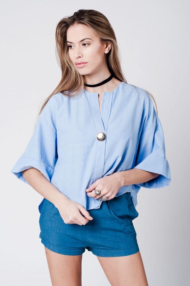 Top de algodón azul con detalle de botón