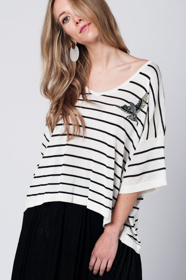 Jersey blanco a rayas negras con detalle de pajaro en el pecho