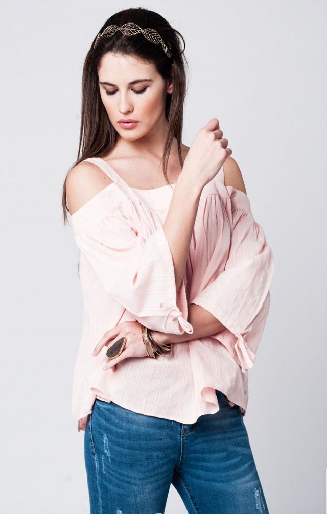 Top de croche rosa con mangas amplias y hombros al aire