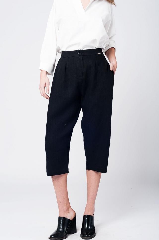 Pantalon a media pierna de lino negro con detalle de pinzas