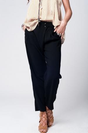 Pantalón negro con pernera ancha y detalle en la cintura
