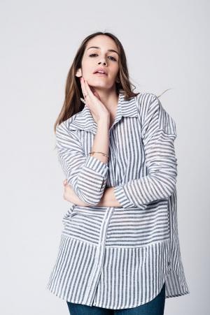 Camisa con rayas negras verticales y bajo asimetrico