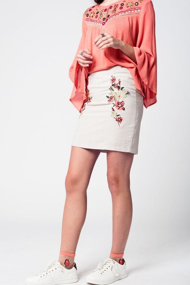 Mini falda de lino beige con bordado floral en la parte delantera