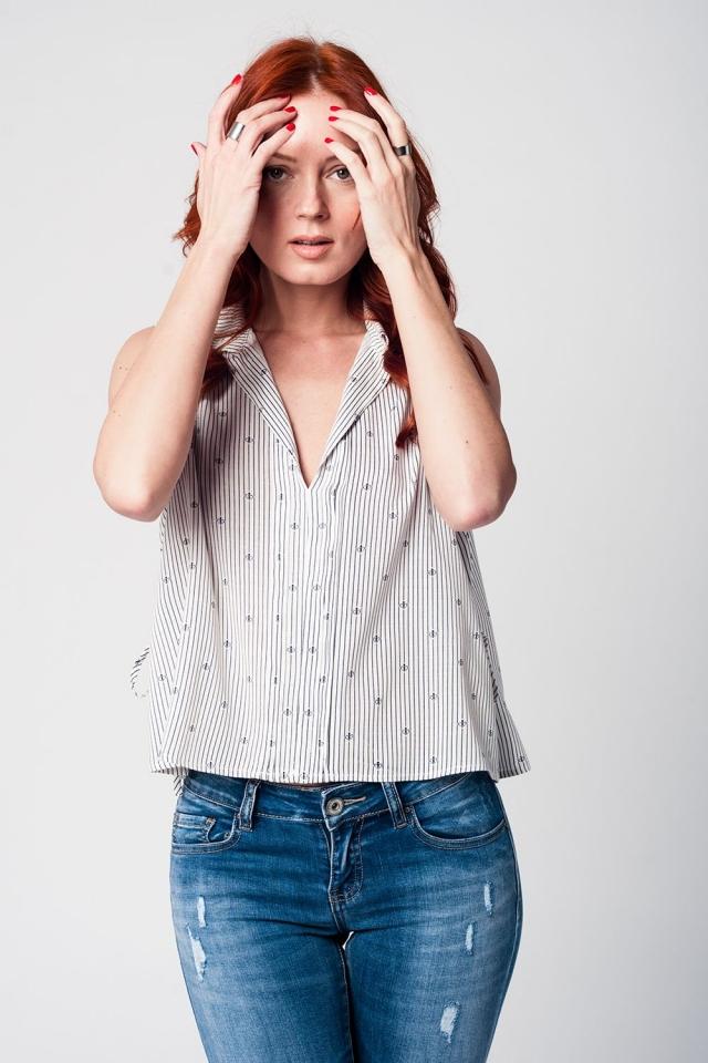 Blusa blanca con cuello en V sin mangas y diseño marinero