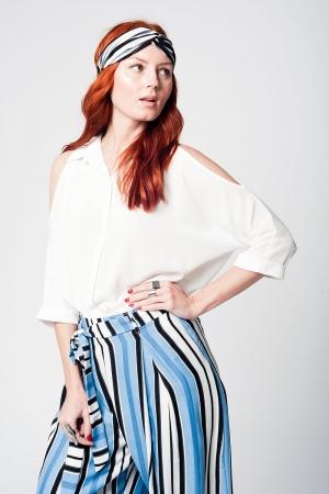 Blusa blanco con botones delanteros y hombros al aire