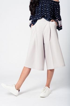 Falda pantalón gris con botones de plata