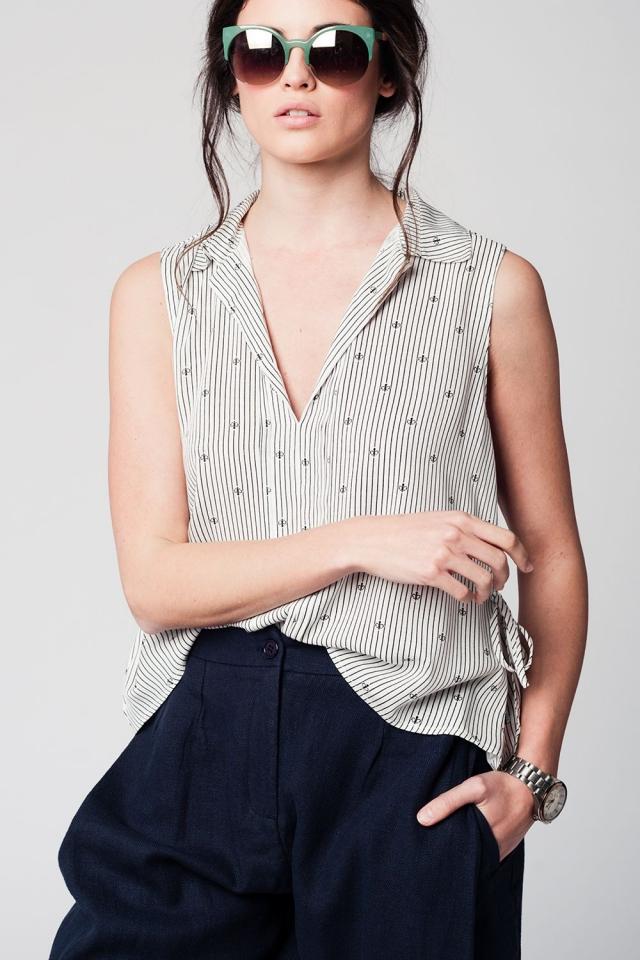 Blusa negra con cuello en V sin mangas y diseño marinero