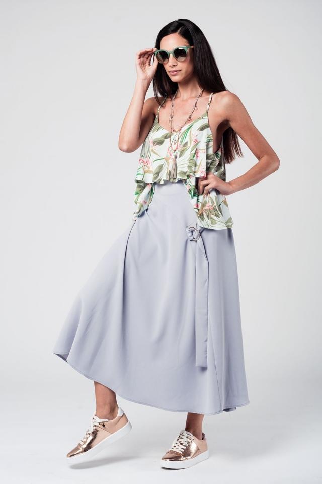 Falda midi gris con cinturón y detalle de anilla
