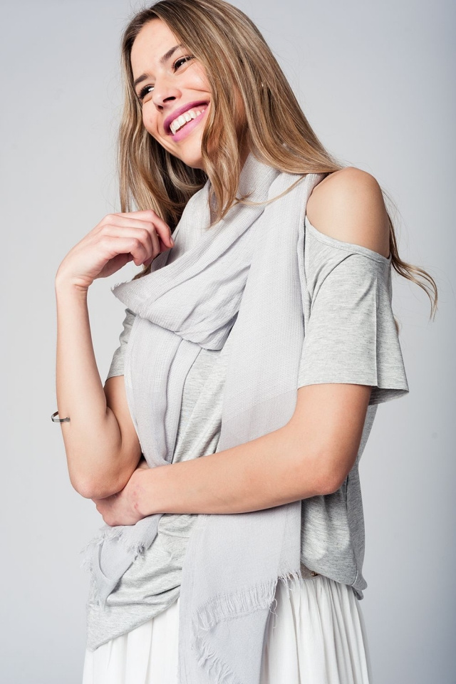 Fular gris claro en tejido texturizado