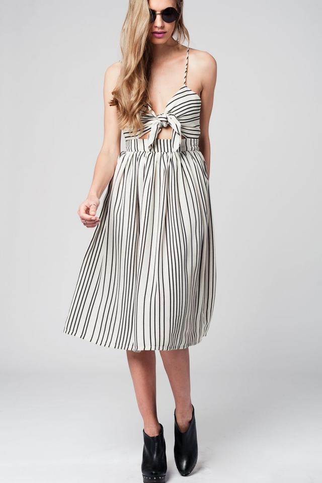 Vestido midi con diseño a rayas y lazo frontal en color crema