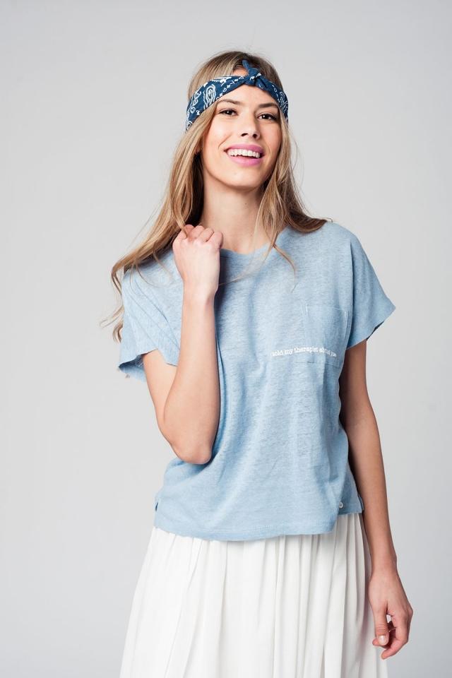 Camiseta color azul con texto y bolsillo delantero
