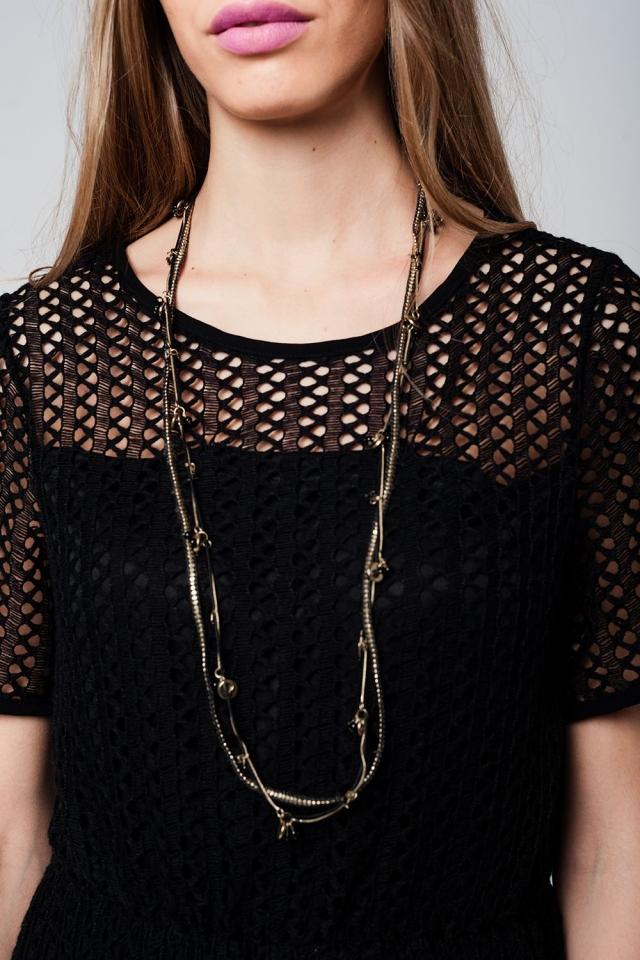 Collar con múltiples cadenas en negro y detalles en dorado