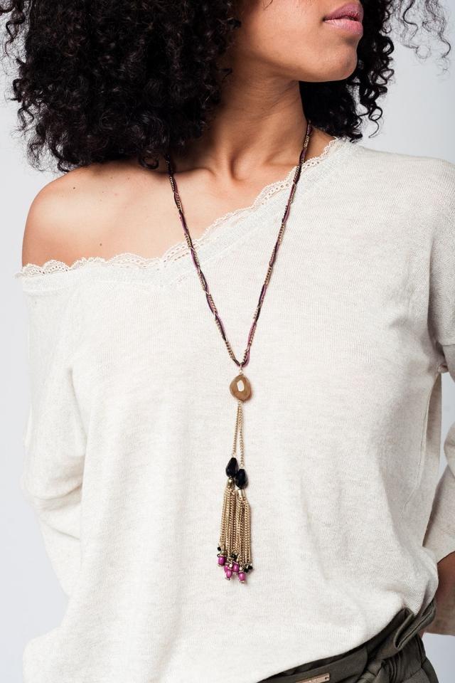 Collar dorado con borlas y detalles en morado y negro