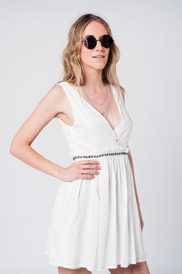Mini vestido blanco con tachuelas en la cintura
