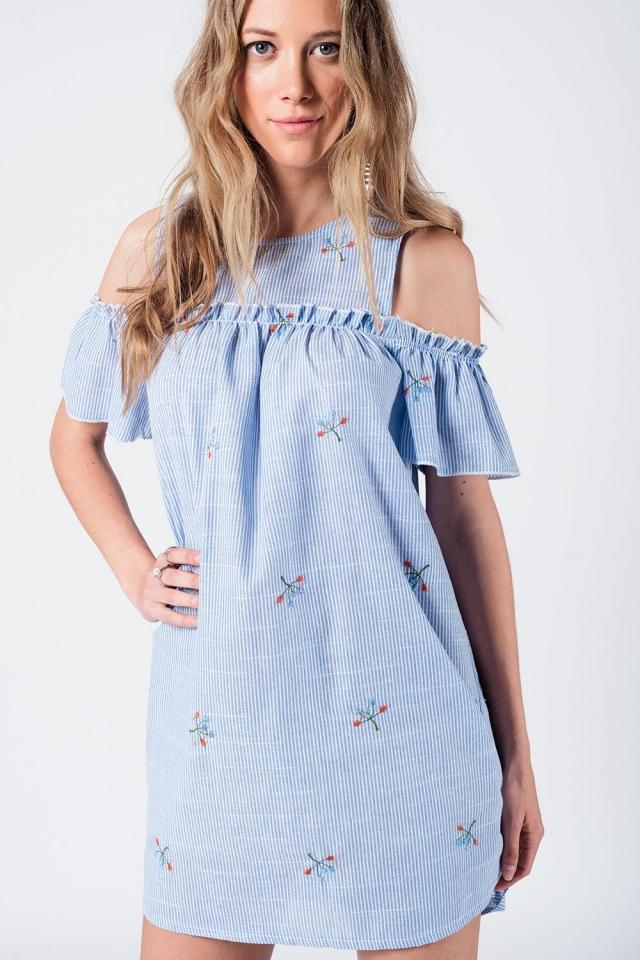 Mini vestido de rayas y hombros al descubierto