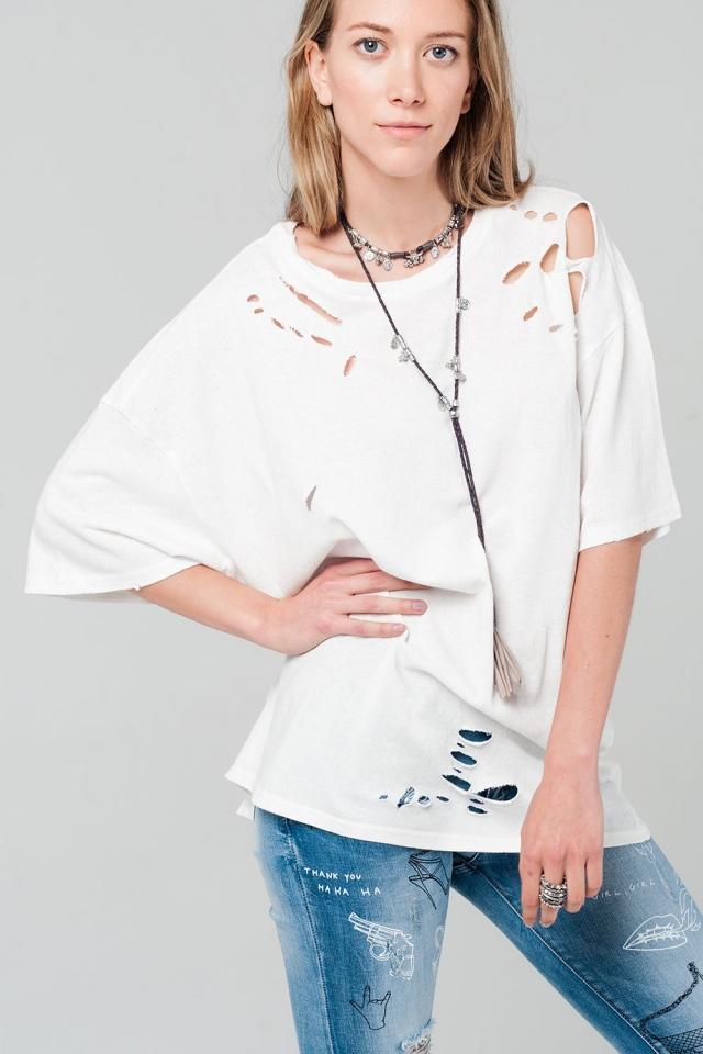 Camiseta blanca oversized con detalle de rotos