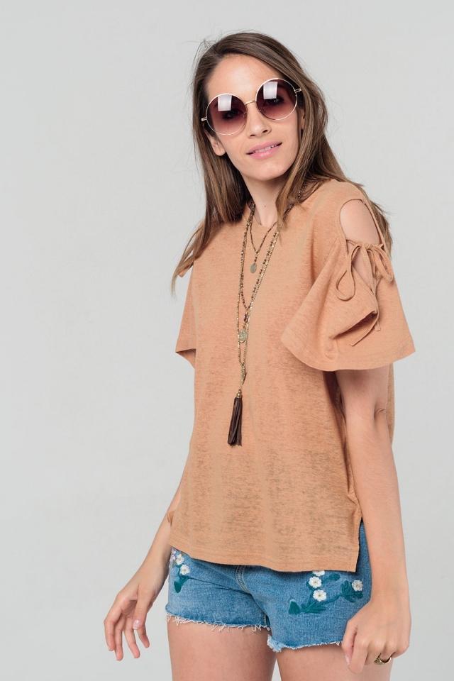 Camiseta camel con hombros al descubierto