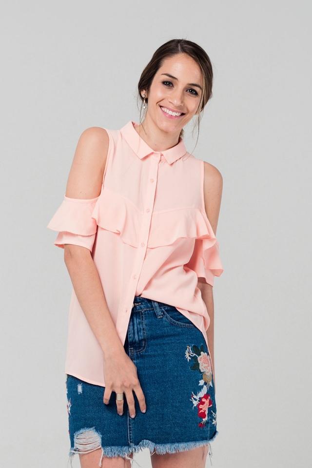 Camisa rosa con detalle de volante