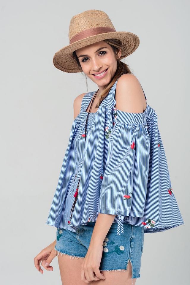 Top de rayas con estampado floral y hombros al descubierto