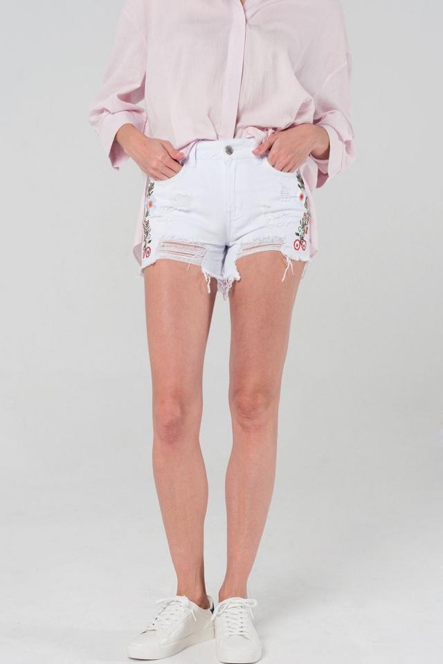 Shorts vaqueros blancos con rotos y flores bordadas