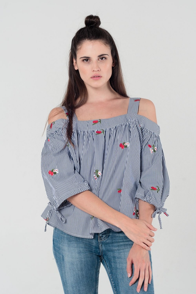Top de rayas con estampado floral y hombros al descubierto en azul marino