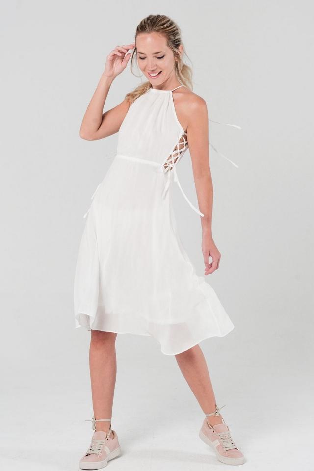 Vestido blanco con detalle de cordones laterales