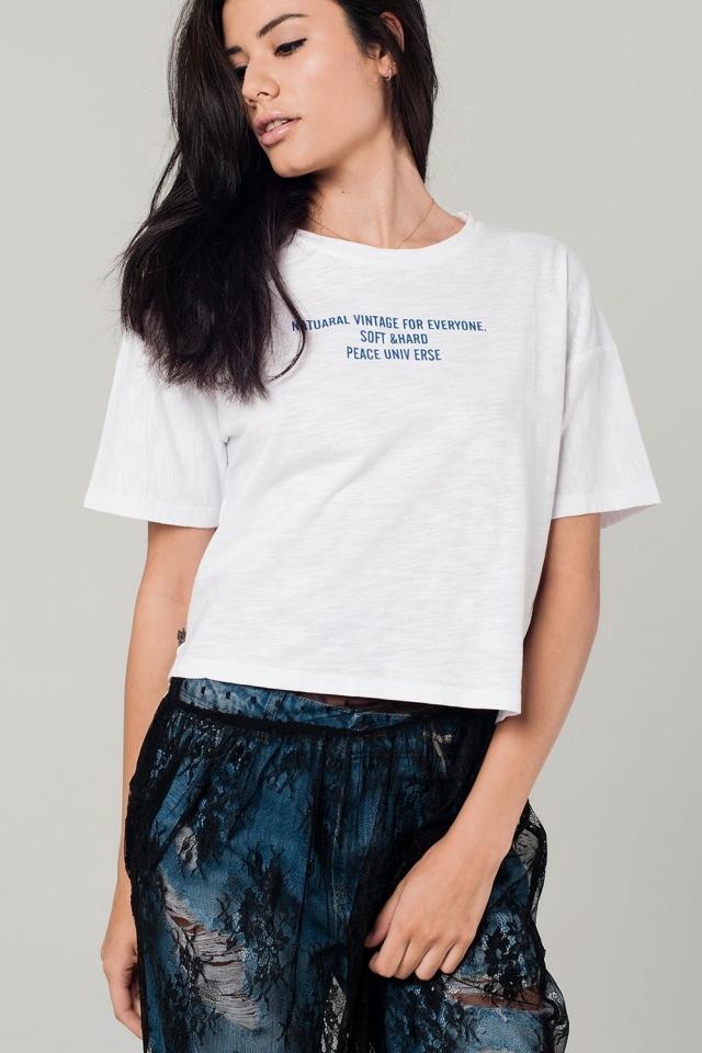 Camiseta blanca con detalle de texto en azul