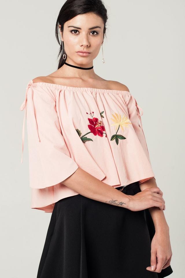 Top rosa con hombros al descubierto y flores bordadas
