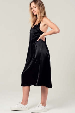 Vestido midi satinado con detalle en la espalda en color negro