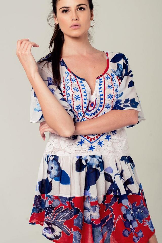 Vestido boho con estampado floral y bordados en color azul