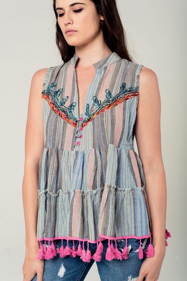 Blusa de rayas sin mangas con detalle de bordado y pompones