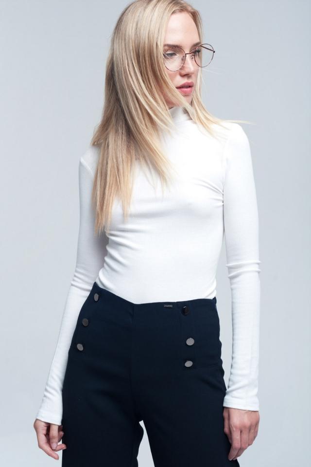 Camiseta blanca de manga larga y cuello alto
