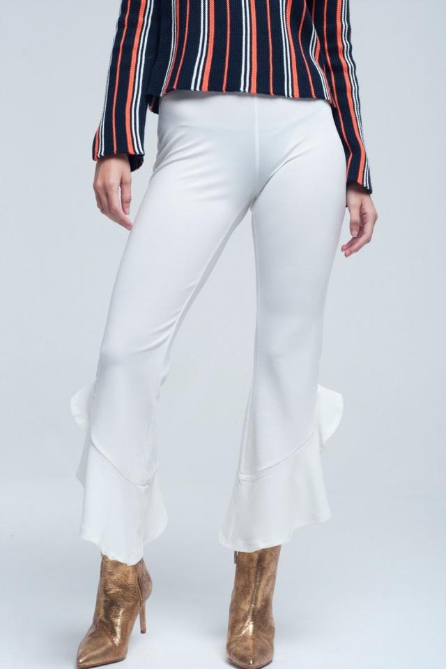 Pantalón midi de color crema con volantes en la parte inferior