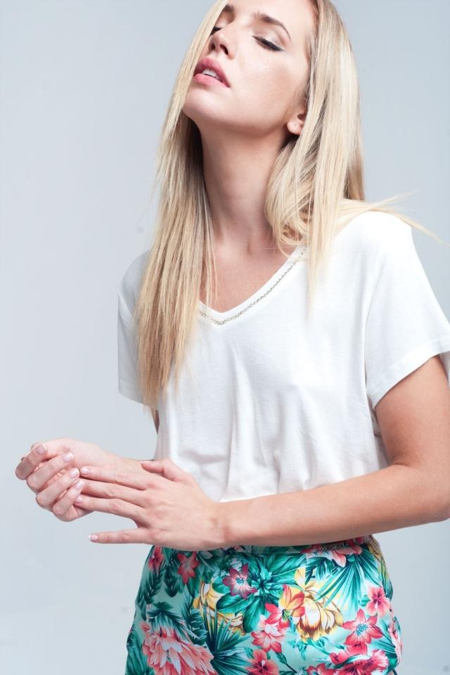 Camiseta color blanco con detalle de strass en el cuello