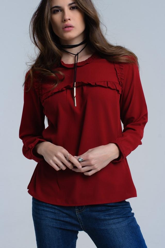 Camisa roja con detalle de volantes