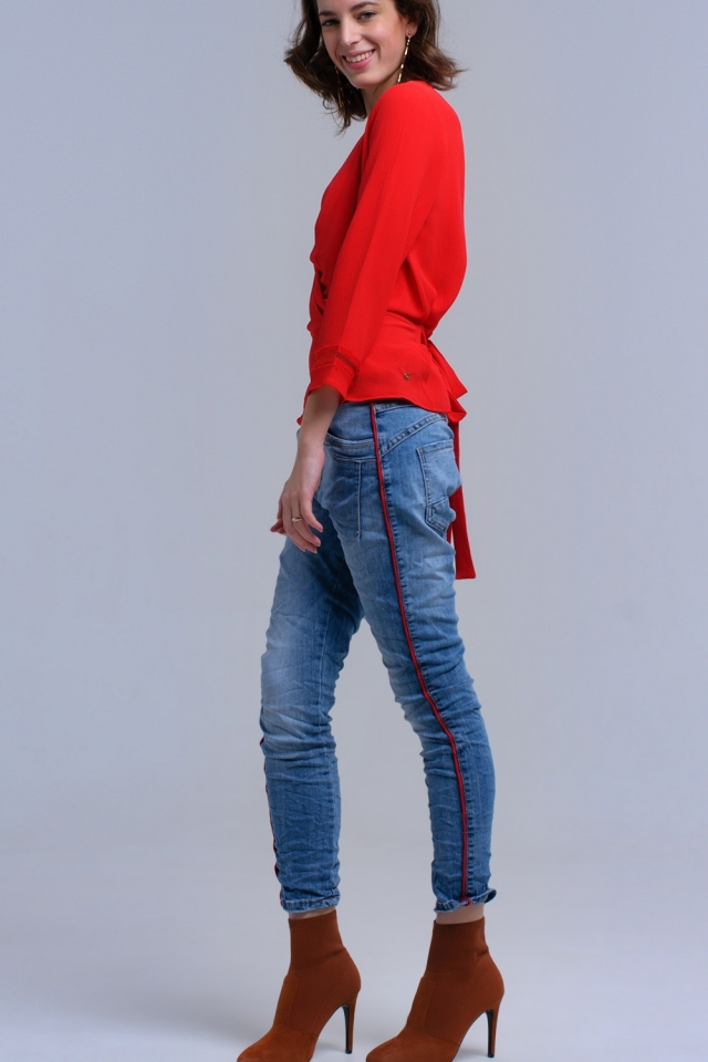 Jeans boyfriend con banda roja