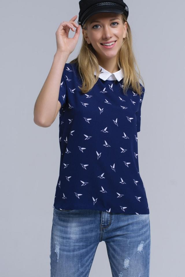 Camisa azul marino con pájaros estampados blancos