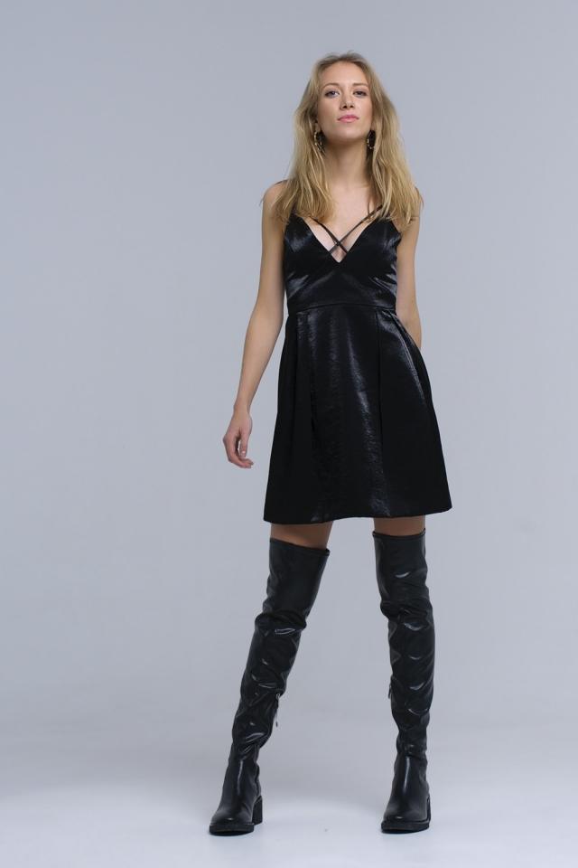 Vestido negro con cintas cruzadas