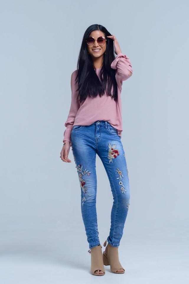 Jeans con bordados florales
