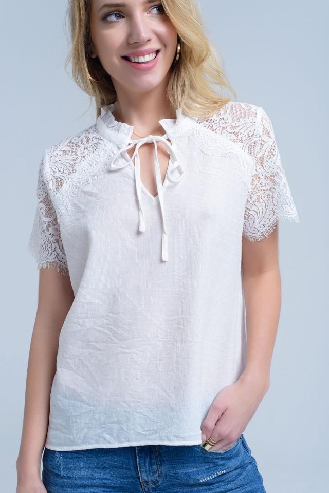 Blusa color crema con inserción de encaje