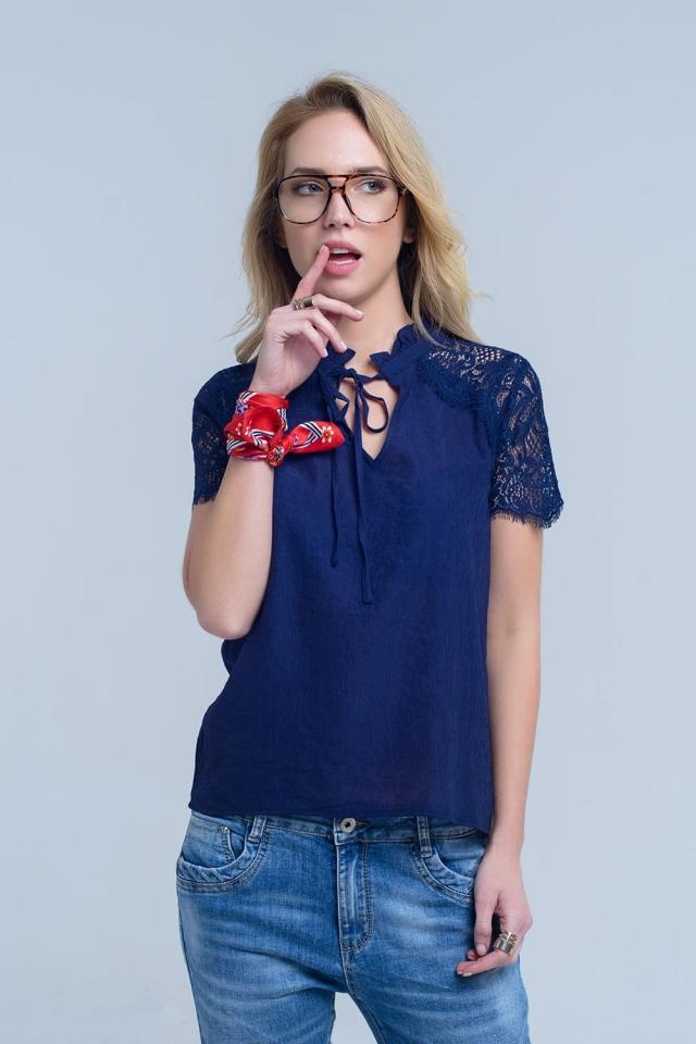 Blusa azul marino con encaje insertado