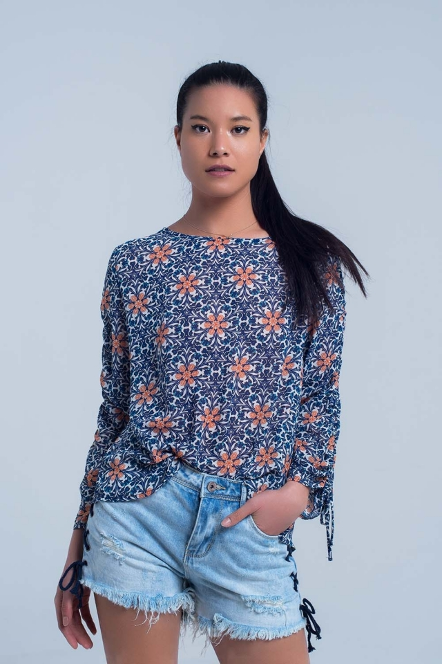 Blusa azul marino con estampado floral